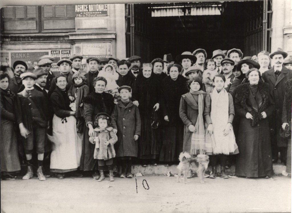 scene exterieure XXeme siecle halles de Narbonne vers 1914