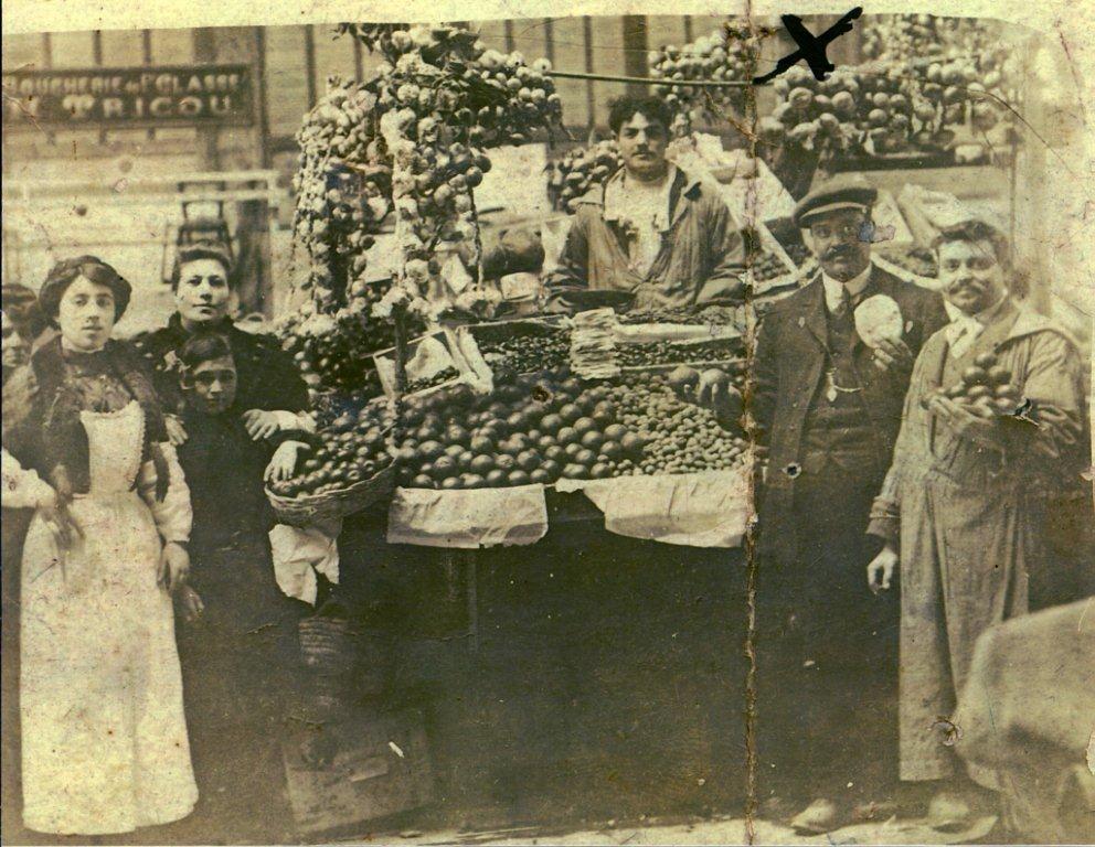 scene exterieure XXeme siecle halles de Narbonne vers 1908