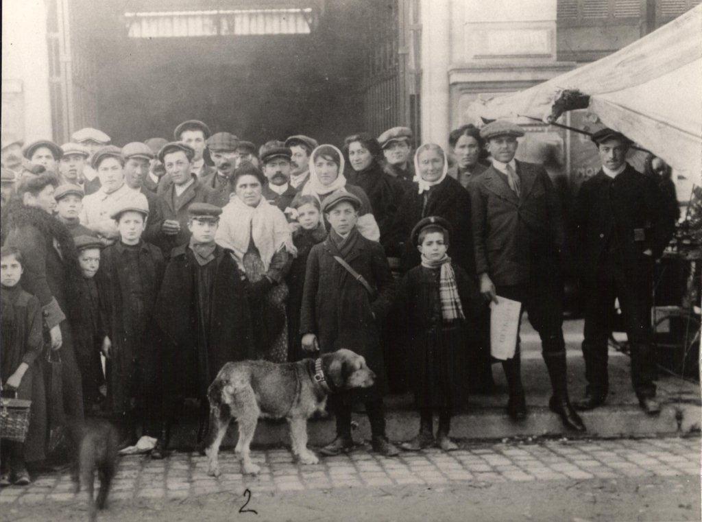 scene exterieure XXeme siecle halles de Narbonne vers 1909