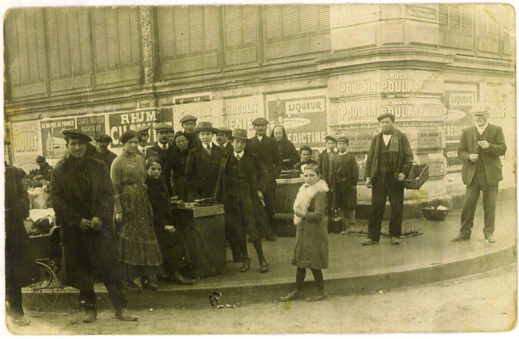 scene exterieure XXeme siecle halles de Narbonne vers 1921 B