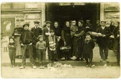 scene exterieure XXeme siecle halles de Narbonne vers 1910 B