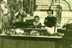 scene interieure XXeme siecle halles de Narbonne vers 1944