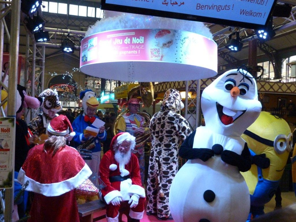 halles_narbonne_noel_animation_pere_noel_mascottes_parade_fanfare_2016-05