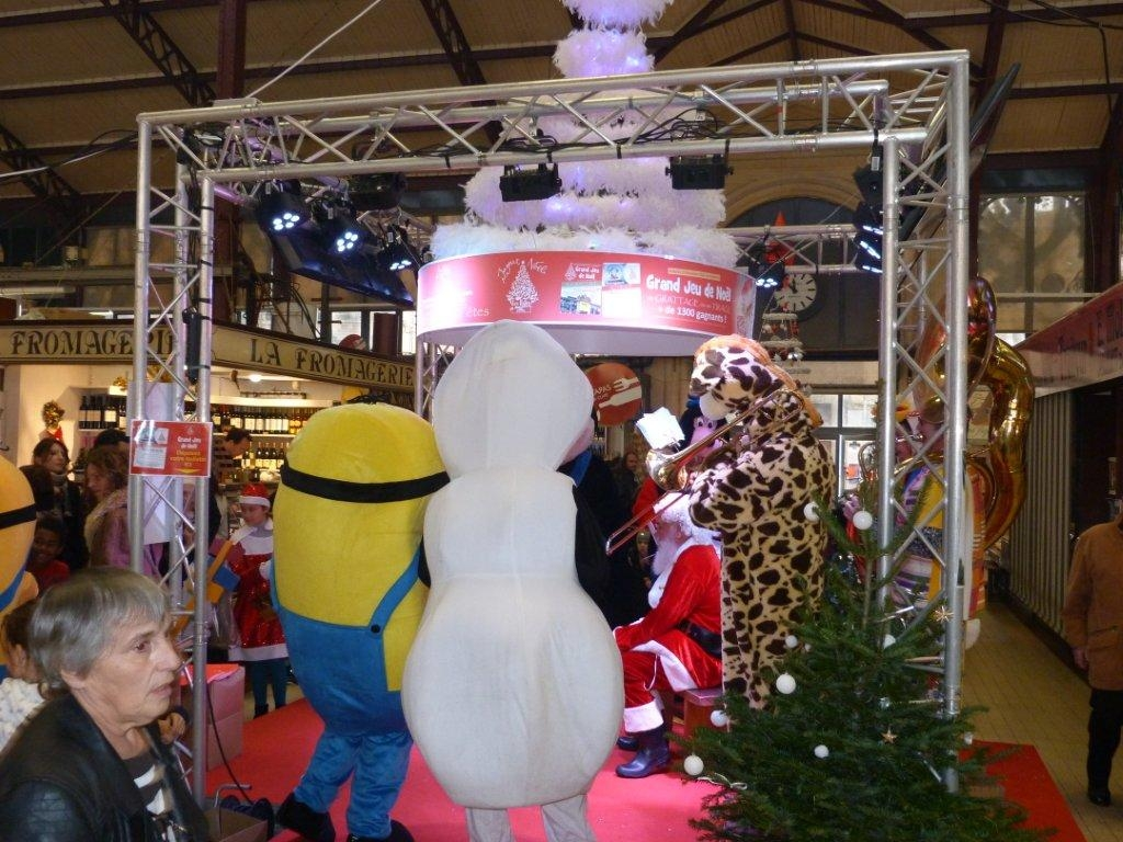halles_narbonne_noel_animation_pere_noel_mascottes_parade_fanfare_2016-12