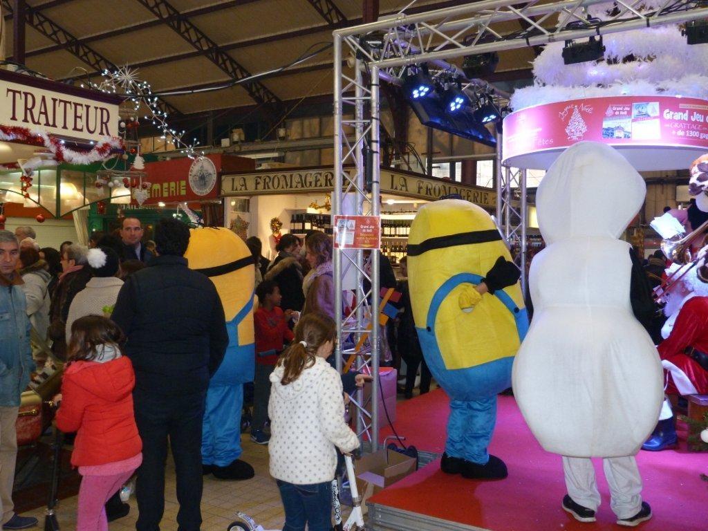 halles_narbonne_noel_animation_pere_noel_mascottes_parade_fanfare_2016-13