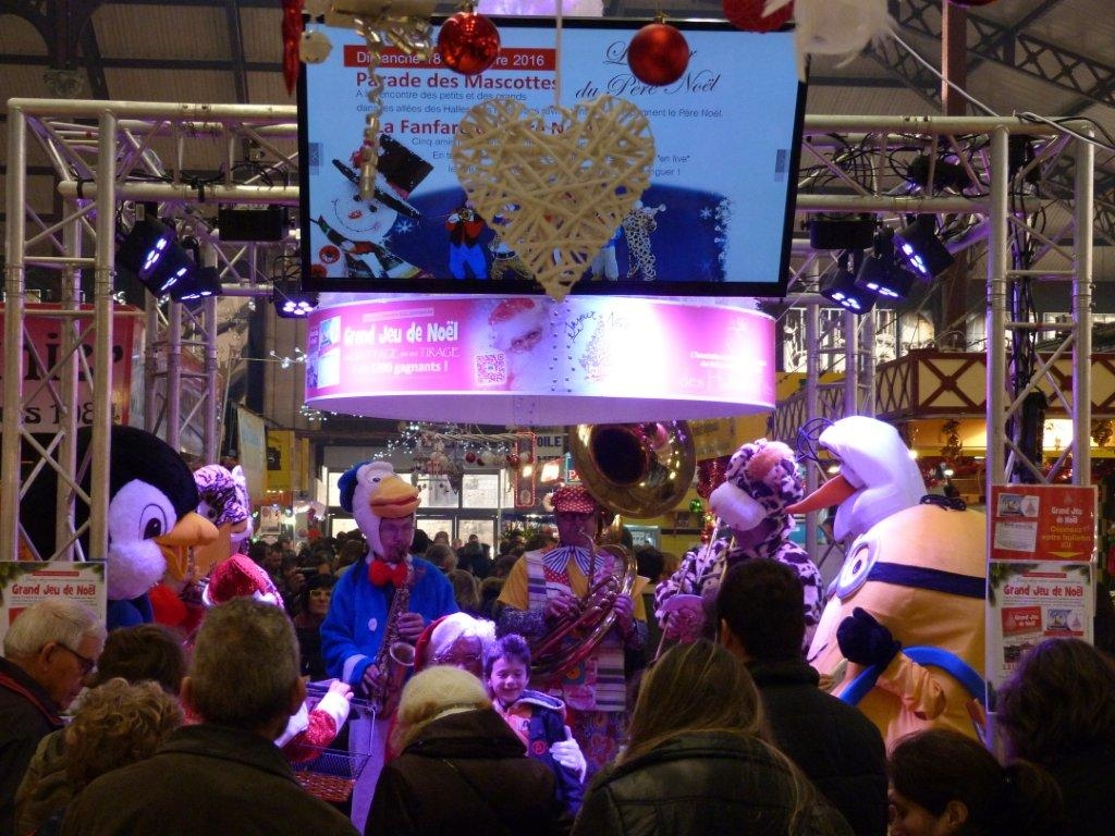 halles_narbonne_noel_animation_pere_noel_mascottes_parade_fanfare_2016-16