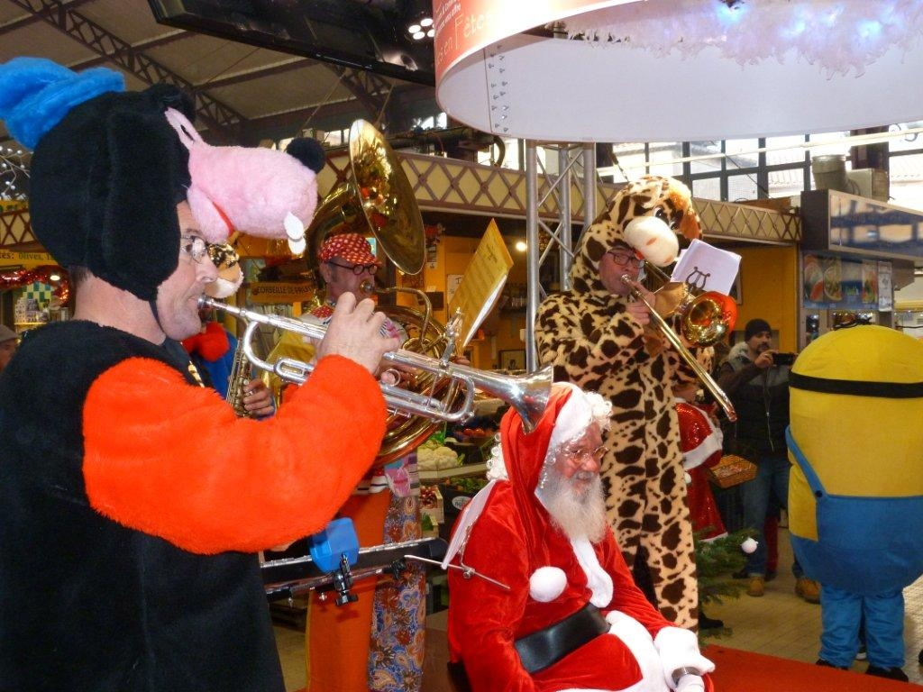 halles_narbonne_noel_animation_pere_noel_mascottes_parade_fanfare_2016-21
